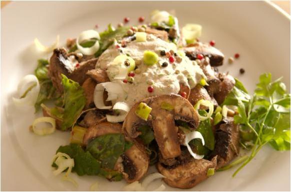 Salade de champignons à la crème et aux épinards