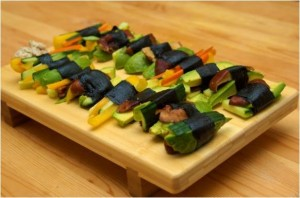 Légumes crus avec des feuilles de nori