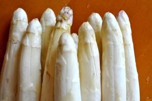 Asperge blanche dans les légumes de saison du mois de mai