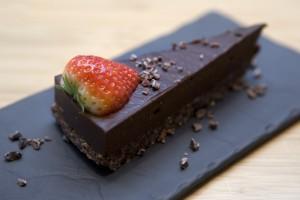 Un gâteau cru au chocolat cru